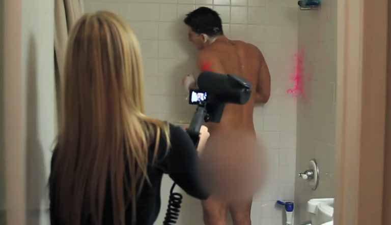 Fetei i s-a părut amuzant să-şi împuşte iubitul la duş (VIDEO)