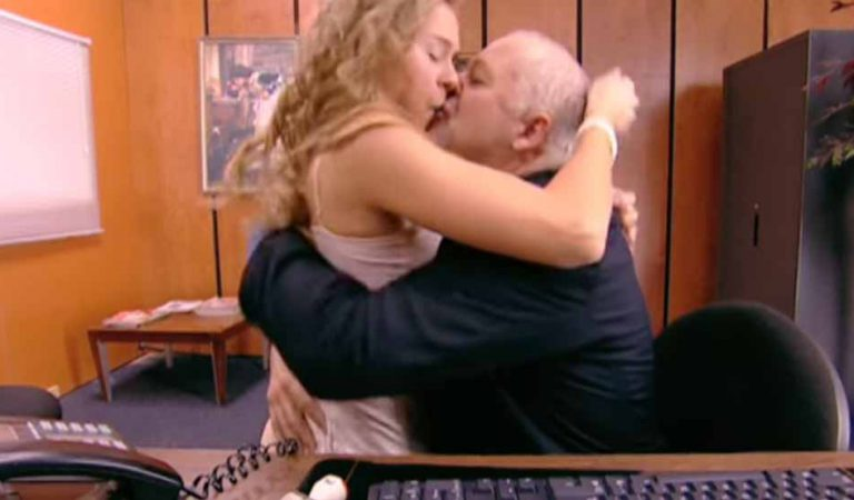 Secretara cea nouă are o surpriză când află ce îi cere şeful său să facă (VIDEO)