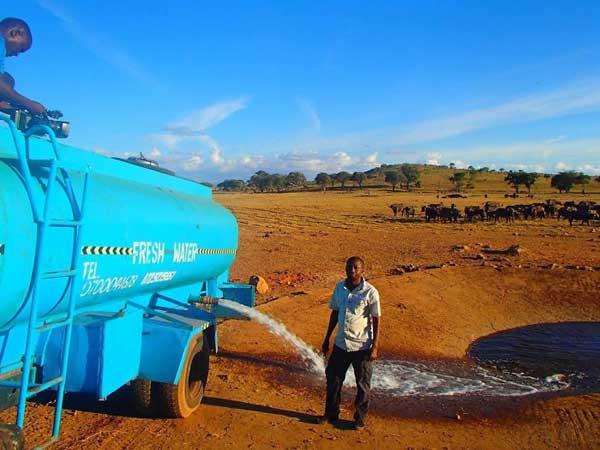 Acest bărbat conduce în fiecare zi, ore în şir, pentru a duce apă animalelor sălbatice