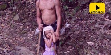 fetita care isi ajuta tatal nevazator