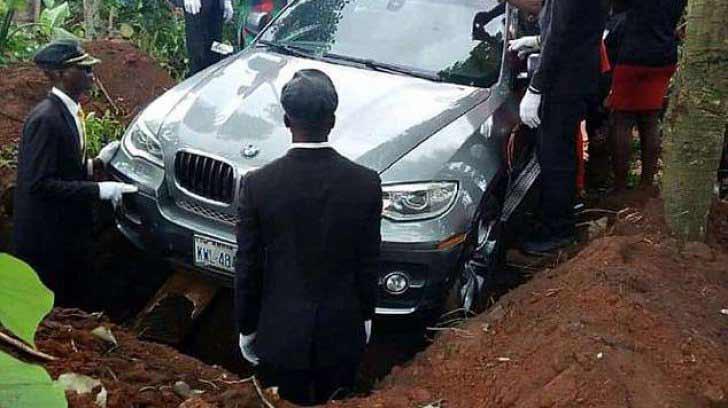 Un bărbat a fost înmormântat într-un BMW de peste 70.000 €
