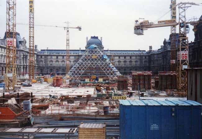 fotografii din timpul construirii muzeul louvru