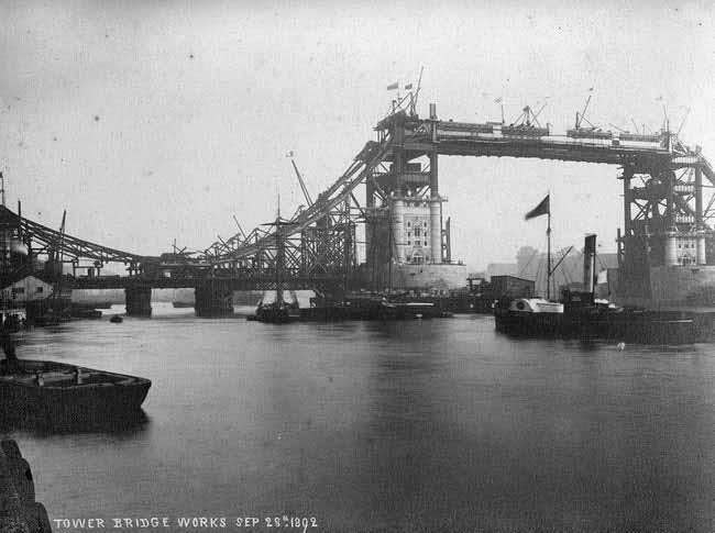 fotografii din timpul construirii tower bridge