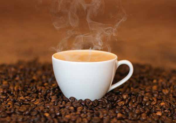 incalzesti cafea tipand la ea