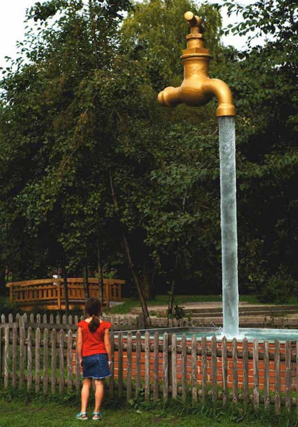 sculptura robinetul urias