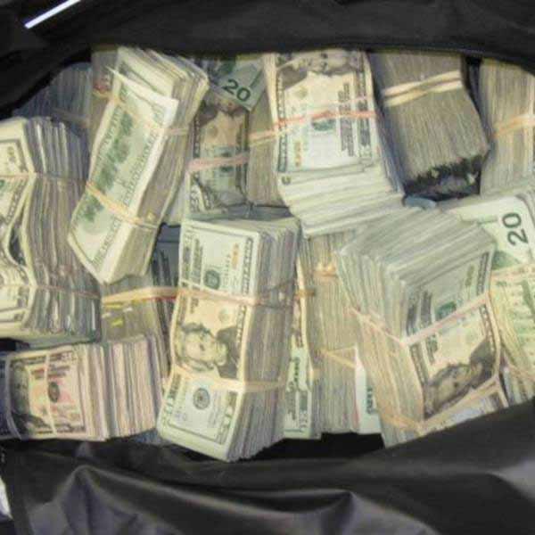bani ingropati in curte