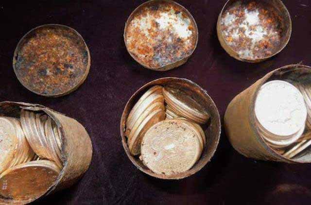 monede de aur in curte