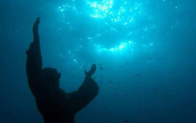 Statuia lui Iisus sub apa