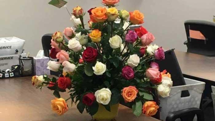 vaduva a primit un buchet de flori de ziua ei