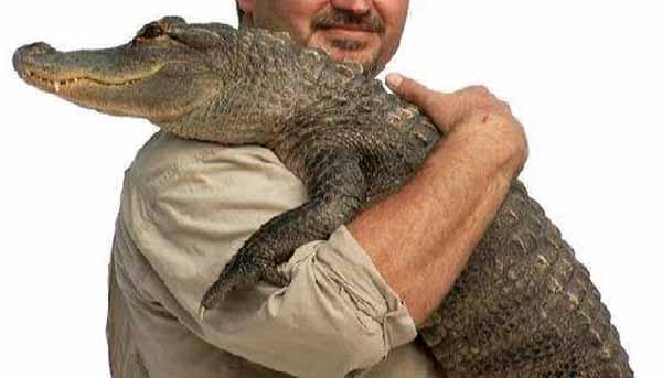 imbratisarea unui crocodil