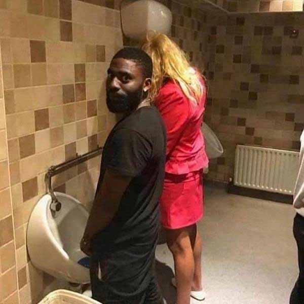 poze ciudate cu oameni la wc