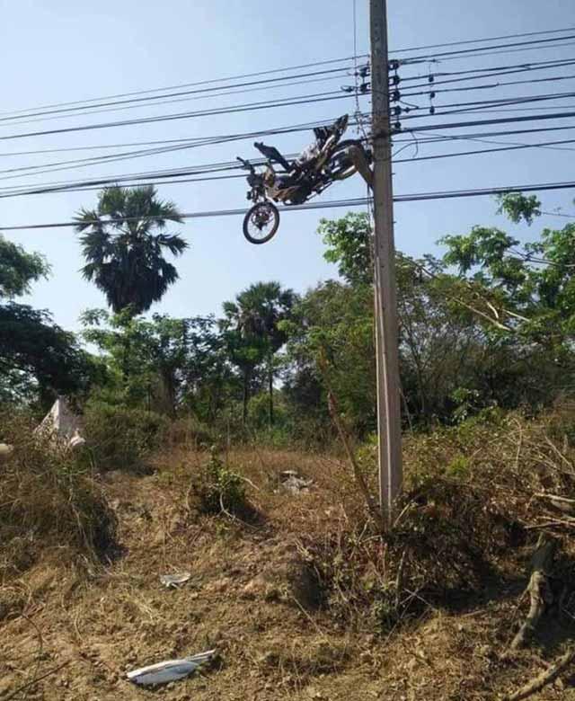 motocicleta pe stalp imagini bizare