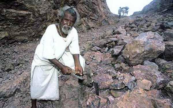 Dashrath Manjhi a săpat un drum prin munţi