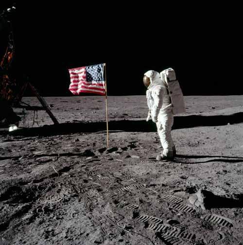 primul om pe luna