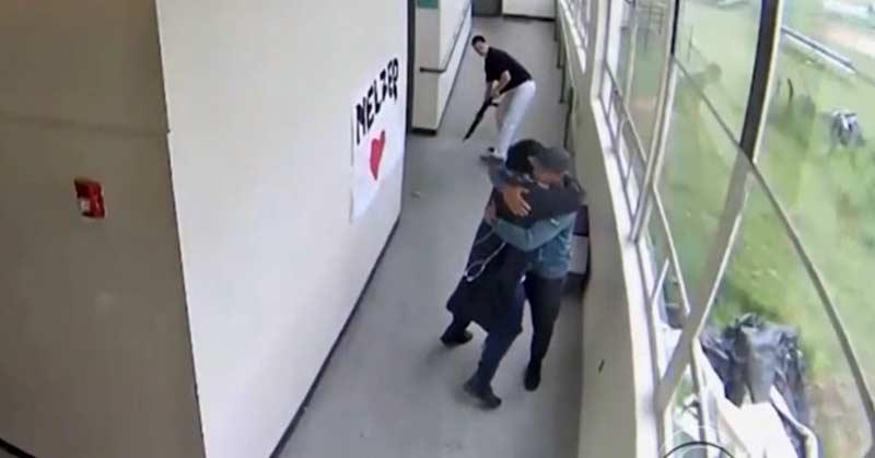 îmbrăţişează un elev înarmat