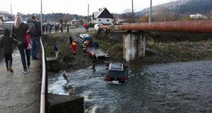 SUV-ul în râu