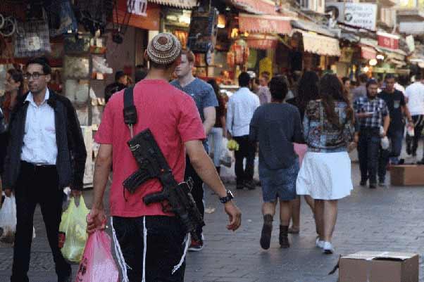 femei cu arme pe străzi